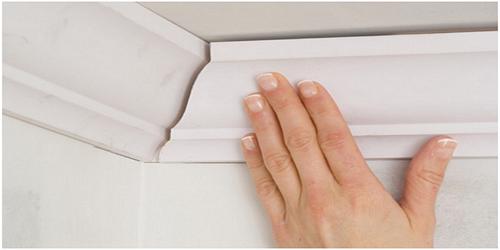 Как правильно зарезать потолочный плинтус без проблем